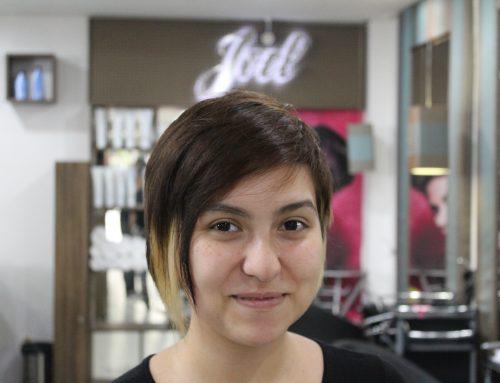 Joel cortando um cabelo curto feminino